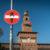 Rallentare! Attraversamento caprone in centro città a Milano